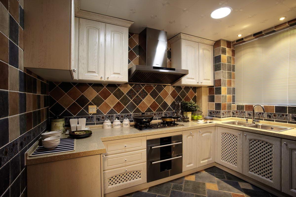 整个厨房的墙壁收纳,真的是整洁又壮观,十分实用。