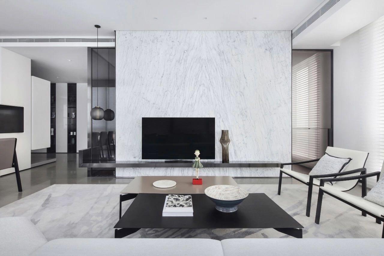 電視機背景牆沒有複雜的顔色,白色大理石與黑色電視互相襯托,時尚感強。