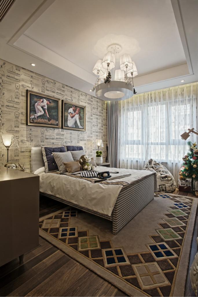 次卧的色调更为丰富。床品与深色窗帘相互呼应,一深一浅,让空间层次更丰富。