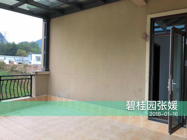 宽大的露台确是赏景品茶的休憩之地;露台采用的米色瓷砖与墙体颜色相搭配,整体和谐自然。