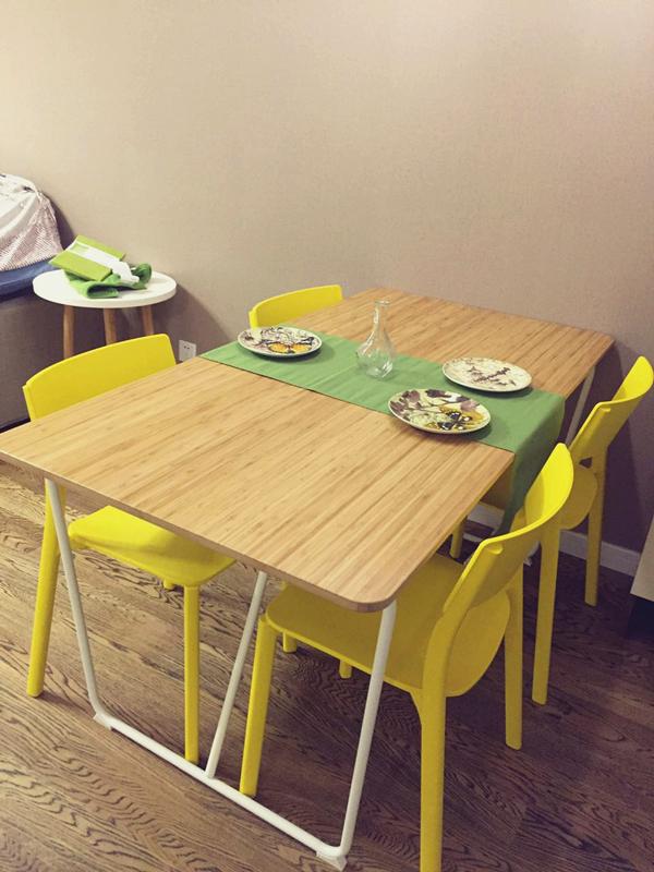 整个餐厅区域最抢眼的当属明黄色的餐桌椅,色彩鲜艳明亮,搭配原木的长条餐桌,很是出彩。