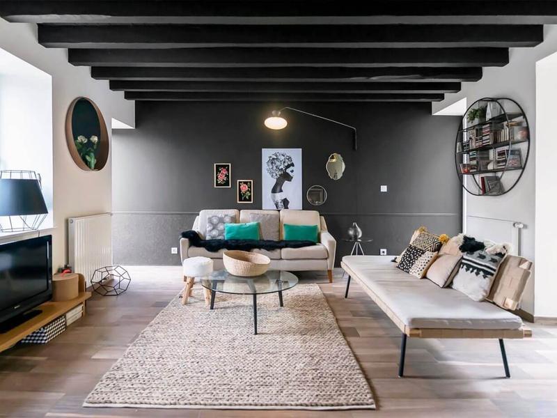 整体简洁干净,大地色沙发搭配粗线条地毯,视觉上更舒适、温暖。