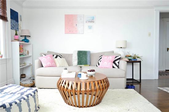 客厅面积不大,却因为素净的色系和合适的采光而显得明亮宽敞。