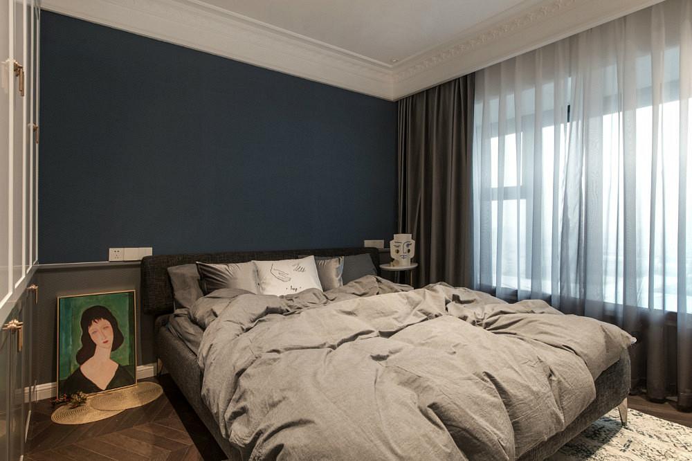 卧室以暖色为主,搭上浅灰色布艺沙发,整个空间温暖而温馨