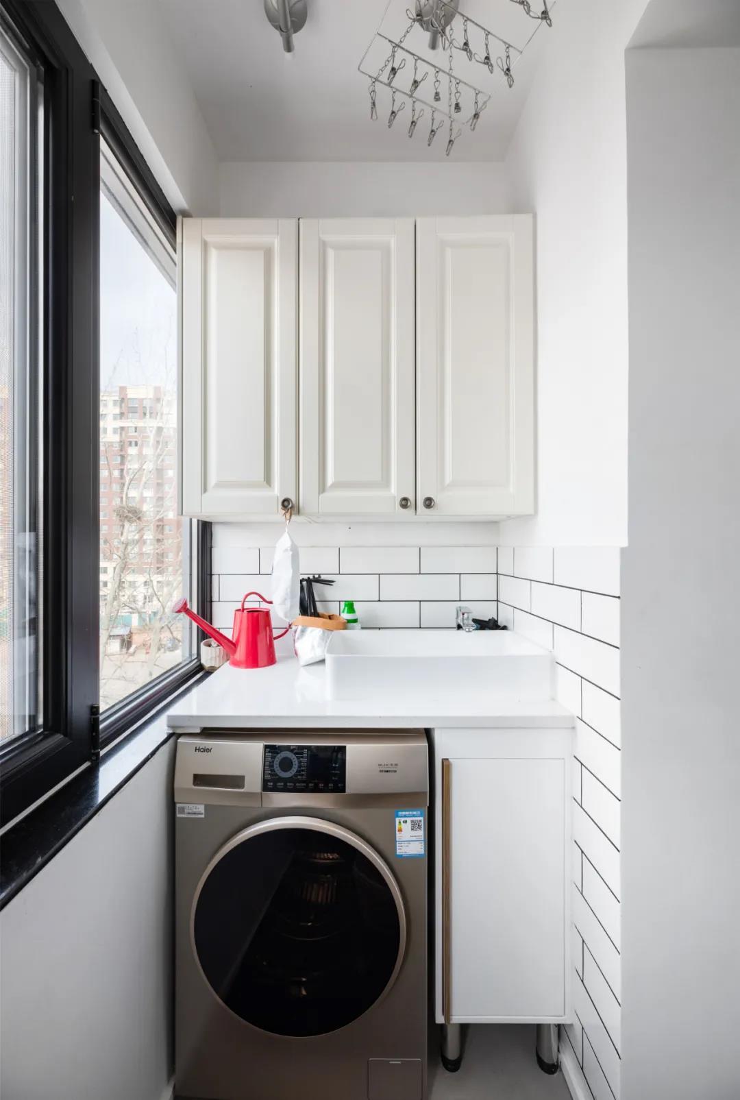 陽台空間設計爲洗衣處是非常合理的布置,縮短了洗衣動線,提高了生活便捷度。