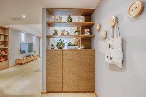门口玄关处设计一个简单组合柜,摆放绿植增添生机,墙面纽扣设计,用作装饰或者挂包等都非常方便。