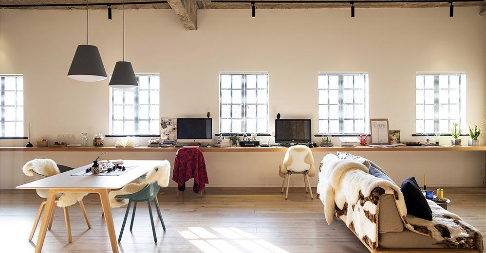 阳光透过五扇窗户,逍遥地洒入客厅,整个空间弥漫着太阳的味道。
