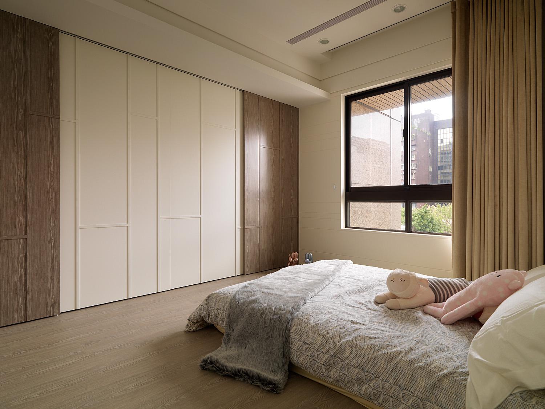 卧室充分的满足了收纳空间,线条简洁的白色储物柜,强调了设计的功能性原则
