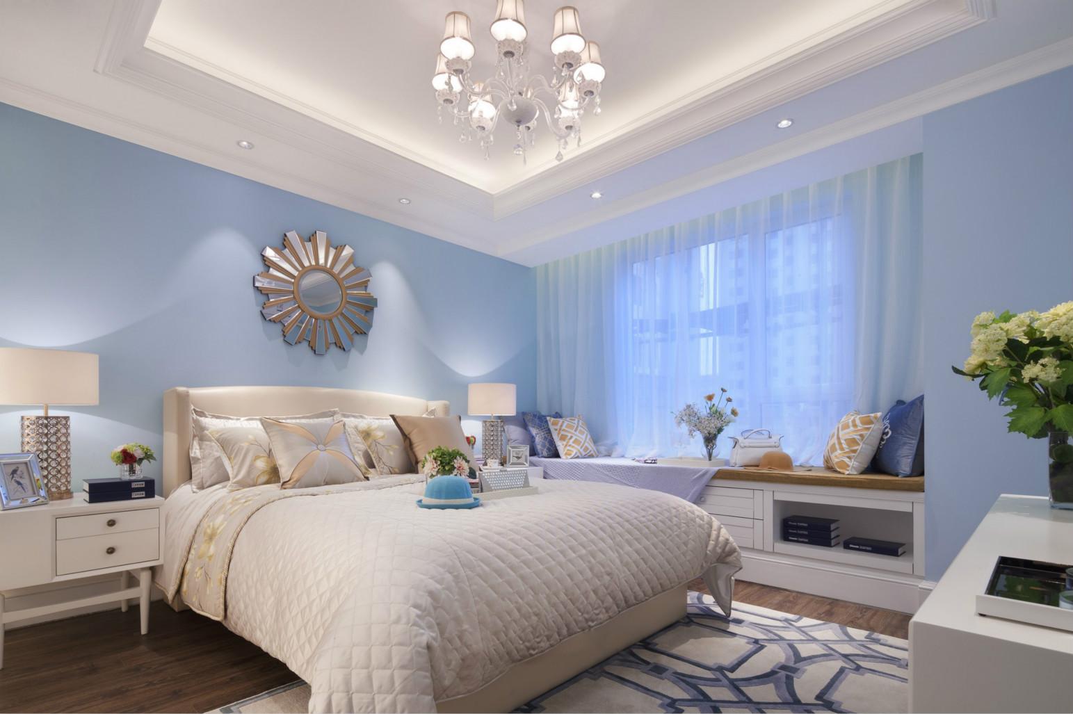 卧室中放置着清晰线条的深原木大床,搭配上浅色系的床品,而床头的背景墙则是以紫色的软包为装饰