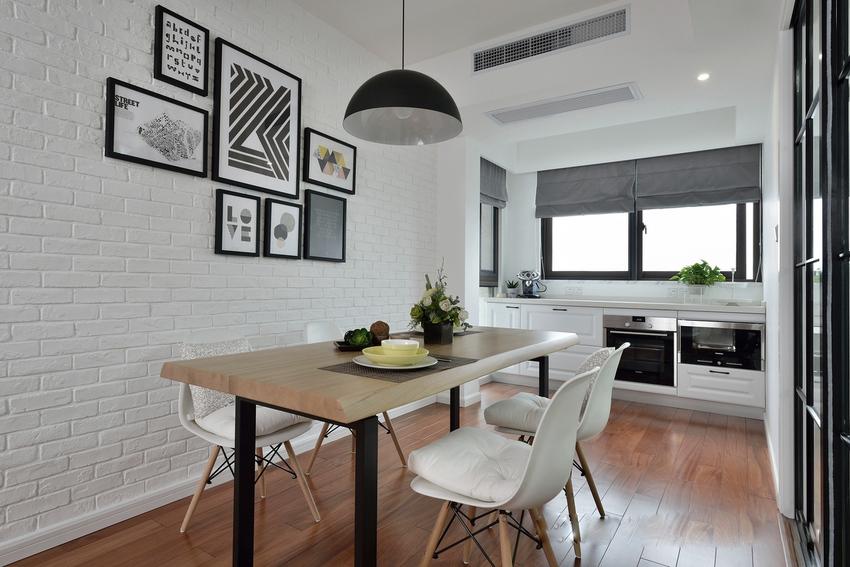 屋主一个人的时候,比较喜欢做简单的西餐,因此靠窗设计了西式厨房。