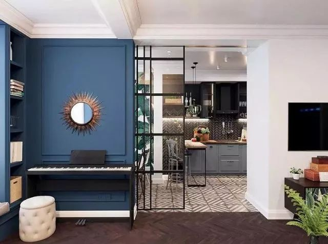 仿太阳铜式装饰镜是一亮眼元素,与钢琴巧妙搭配,低调地提升空间的轻盈律动和高质感。