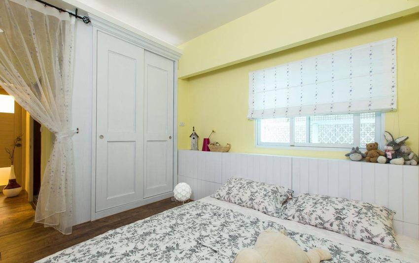 两姊妹一同生活的卧房,以鹅黄色的美式基调规划,创造浪漫温馨。