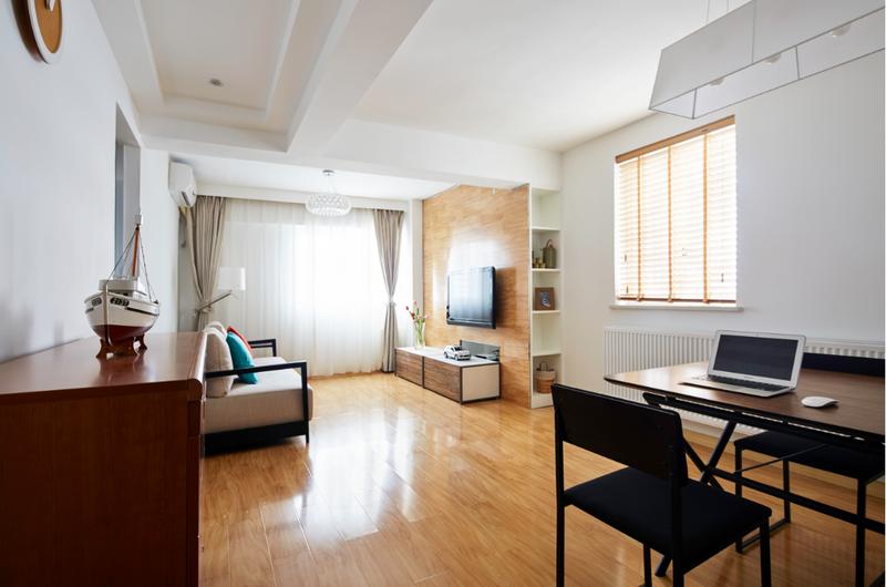 客厅与餐厅相连,白色与原木的主色调在两面窗户的加持下,让室内亮度和温度都直线上升。