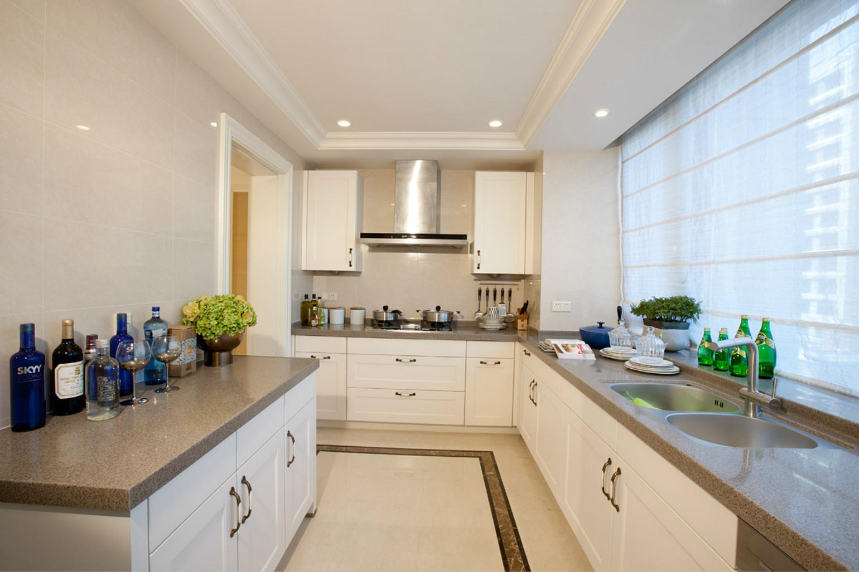 厨房设计,整个以白色为主装饰而成,一种舒心雅致之感。
