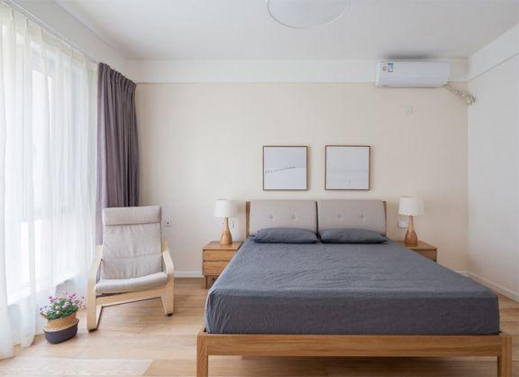 宽敞的卧室空间内,舒适简约的布局,木色地板搭配白色墙面,以绿植作为点缀,整个屋子都散发着清新的感觉。