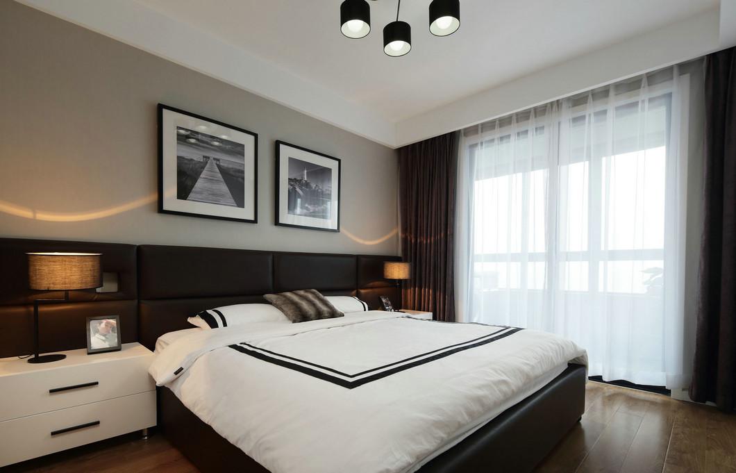 側臥配色舒適與安靜,應是臥房功能的主要體現,米色與黑色在背景牆碰撞,升華了空間質感。
