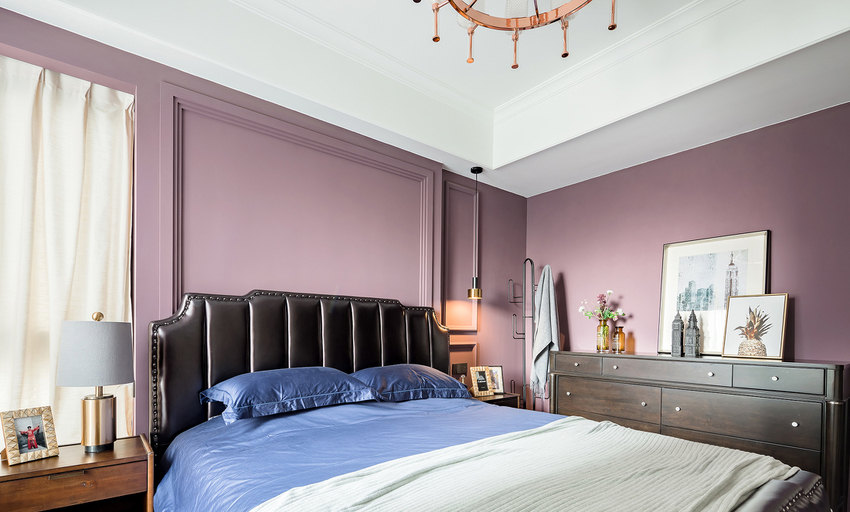 皮质大床奢华内敛,用包容万象的气场,把跃跃欲试的地板、喧宾夺主的墙面收归一体。