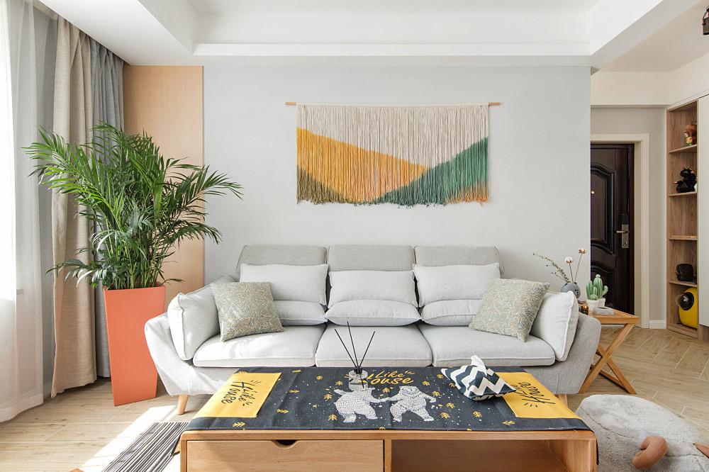 客厅整个空间装修的很简约大方,简单的色彩搭配看起来很舒适