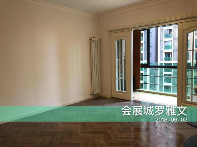宽敞的客厅,庄重大方的灰色木地板,让人感觉非常的简单、舒适。