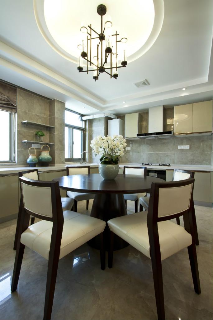 餐厅餐椅是米白色的,真的超级舒服,吊灯很是大气,给予一种正式感