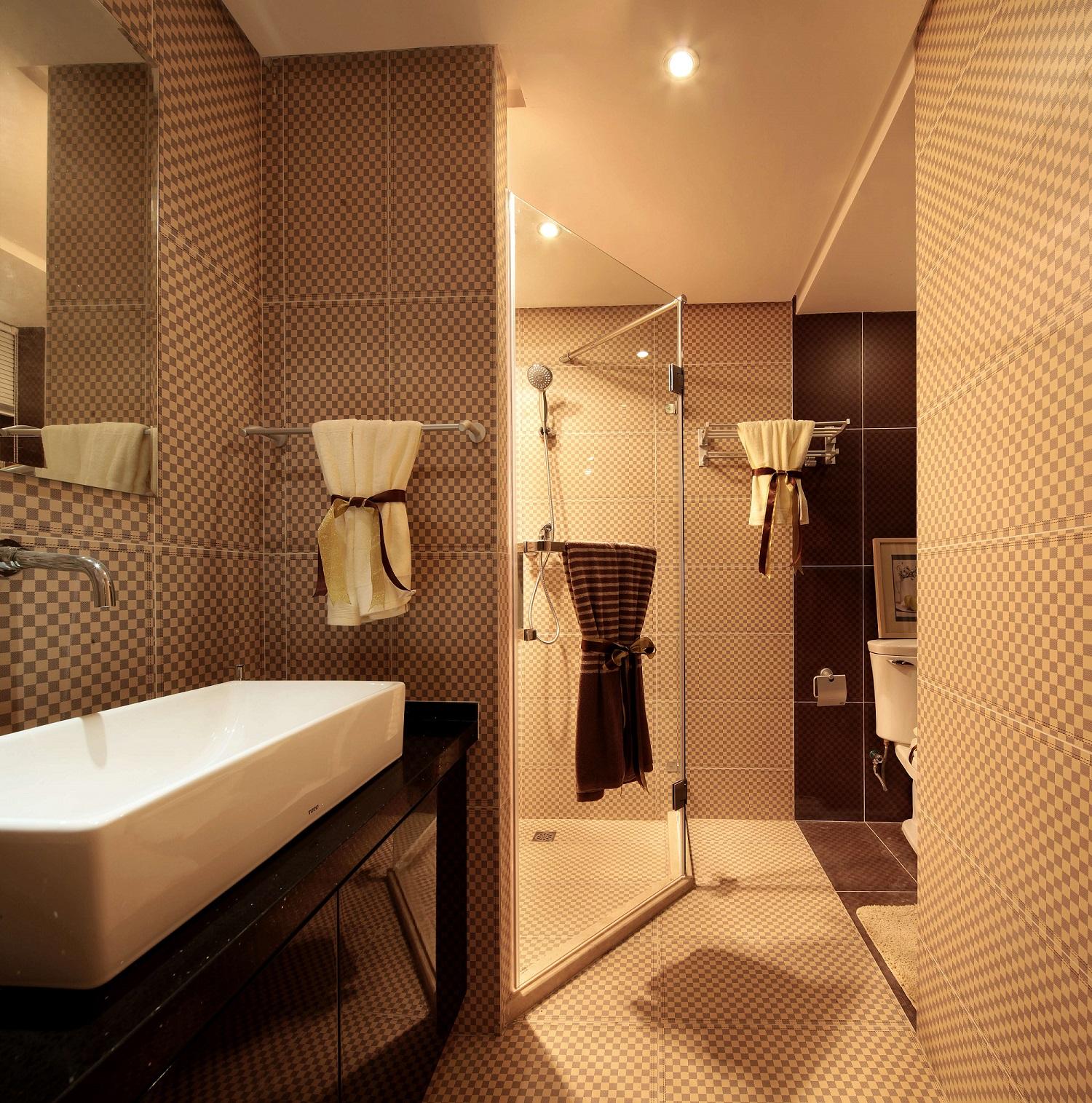 卫生间相对较大,干湿分离设计整洁时尚,马赛克瓷砖让整个空间更有层次感。