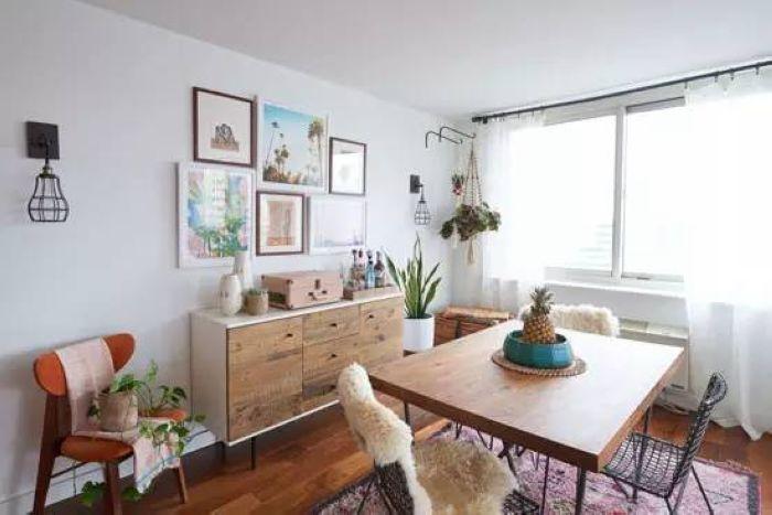 餐厅家具以木质为主,餐椅虽是铁艺材质,铺上柔软的皮毛坐垫后同样舒适。