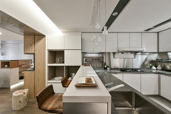 厨房皆采不銹钢材质做设计,耐用、好清洁为最大优点,吧台则是屋主的诉求之一,希望借此空间家人能够更紧密