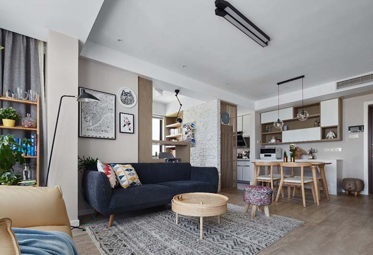 深色布艺沙发,和原木色的家具,让家庭氛围温暖起来。