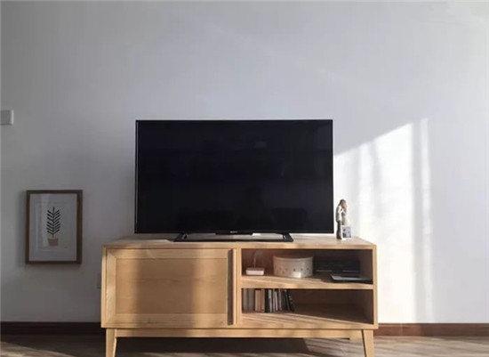 电视柜和餐桌餐椅一个材质,都是白蜡木。很小一只也很简约,白墙就是最好的背景。