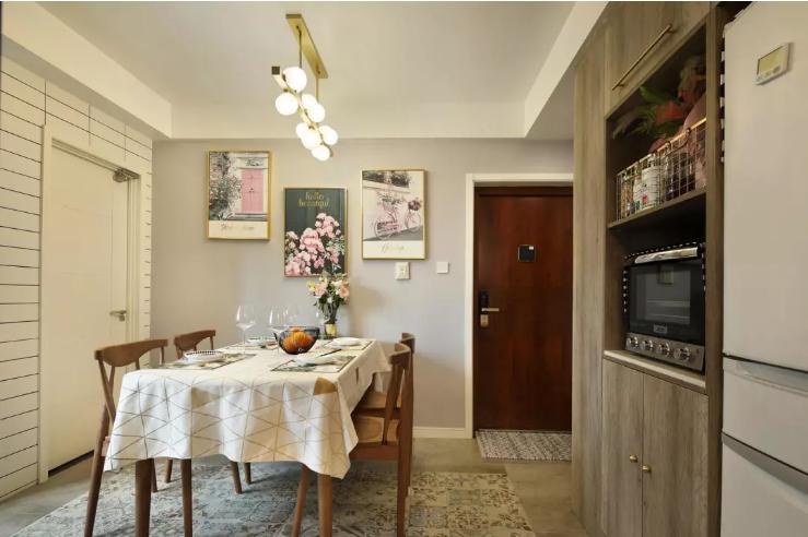 餐桌一边是定制的电器柜,嵌入式的冰箱,烤箱。烤箱上面是开放的层板方便收纳或者放置装饰品。