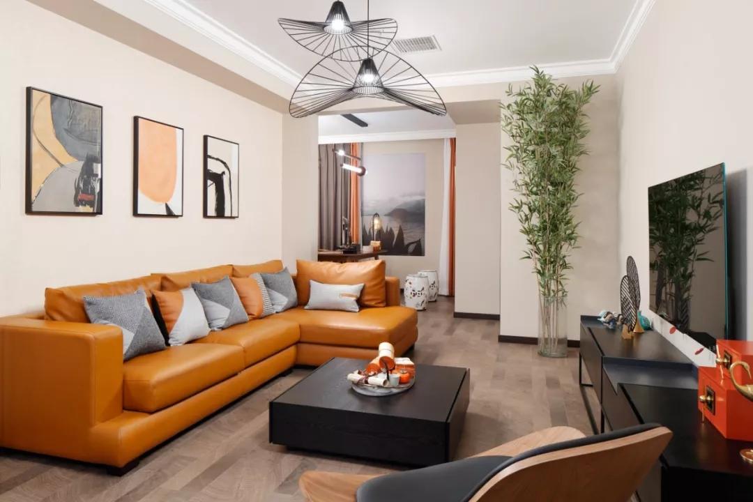 墙面没有繁杂的造型,以原有的墙面为基础涂刷了环保的米色乳胶漆,加以抽象画框进行点缀,营造暖色氛围。