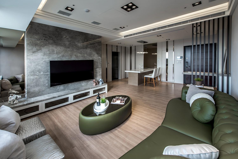 客厅以温润的原木色柔和整体空间视觉感,打造出舒适大气的暖心住宅