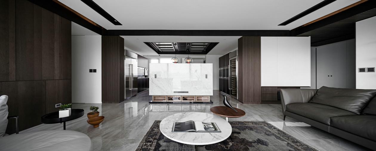 空间感更强;整个客厅的墙壁收纳,真的是整洁又壮观,十分实用。