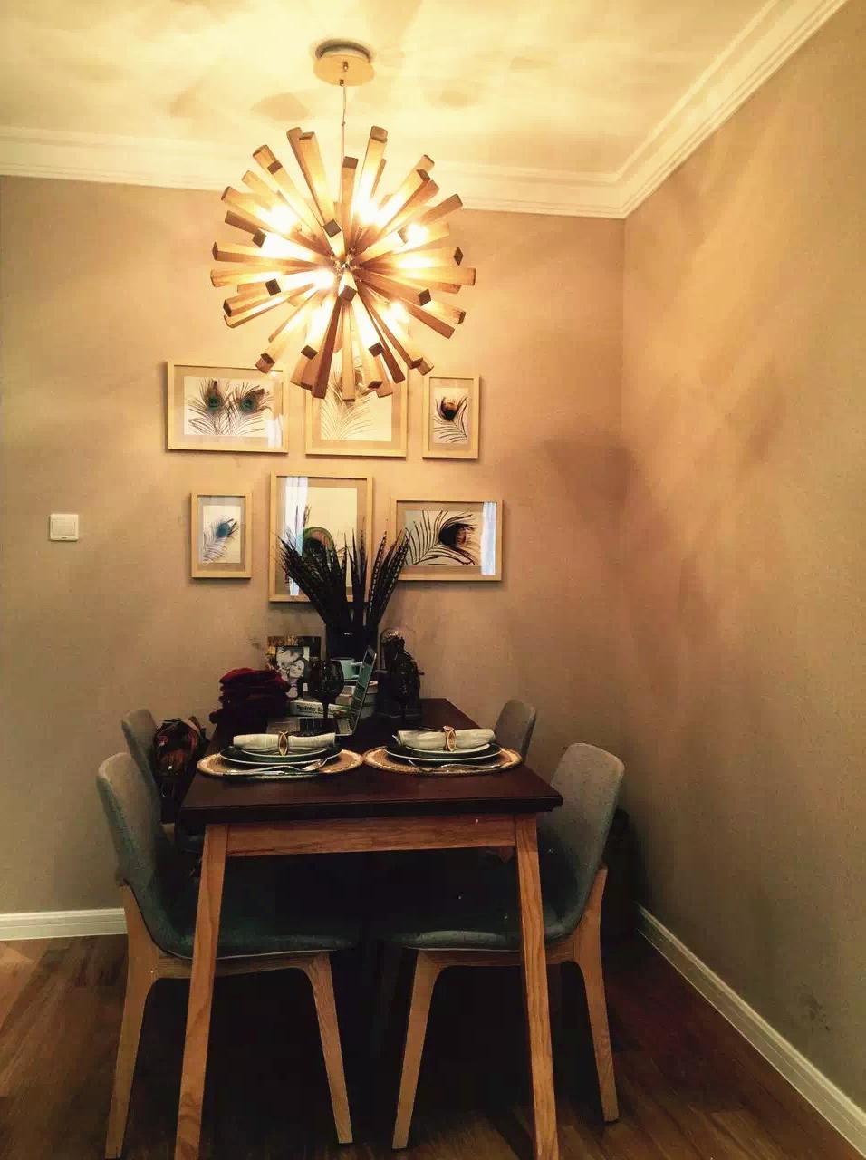 餐桌依旧沿用原木色系风格,餐椅是灰蓝色的亚麻布艺座椅,质感上升!