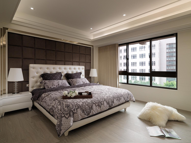 淡色的墙面和白色的床,木色的地板,营造干净整洁的视觉效果。