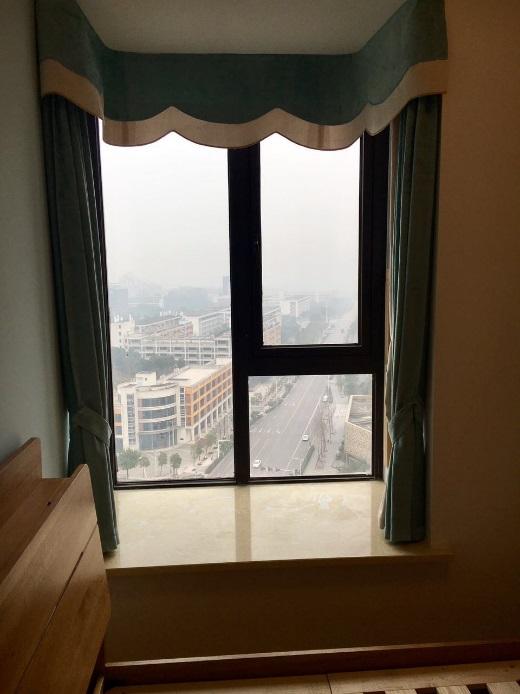 一个独立的小空间,拉上窗帘看看窗外的风景,就能为自己留一块秘密的空间,为自己的心灵留一片净土。