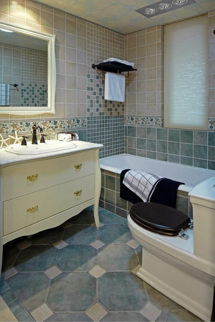 卫浴室的洗漱台整个干湿分离,有足够的收纳空间