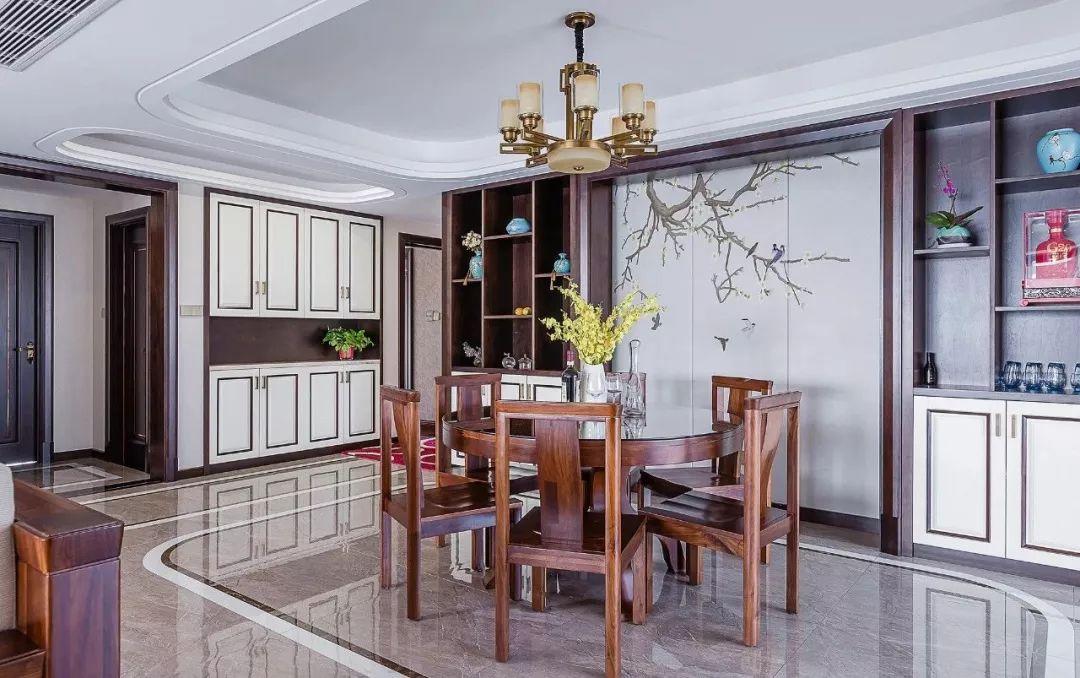 开放式餐厅,餐桌椅皆由实木打造,瓷砖形状归纳出用餐区。