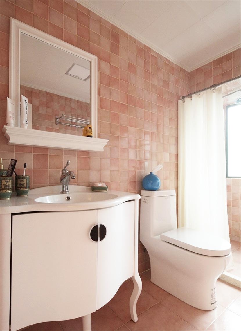 主卧的卫生间保持了高度统一的视觉,台阶和浴帘做到了简单的干湿分离。