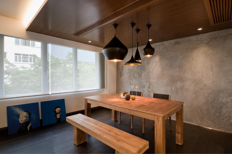 木质的餐桌和餐椅很是简约大气,绿植的点缀使整个客厅温馨