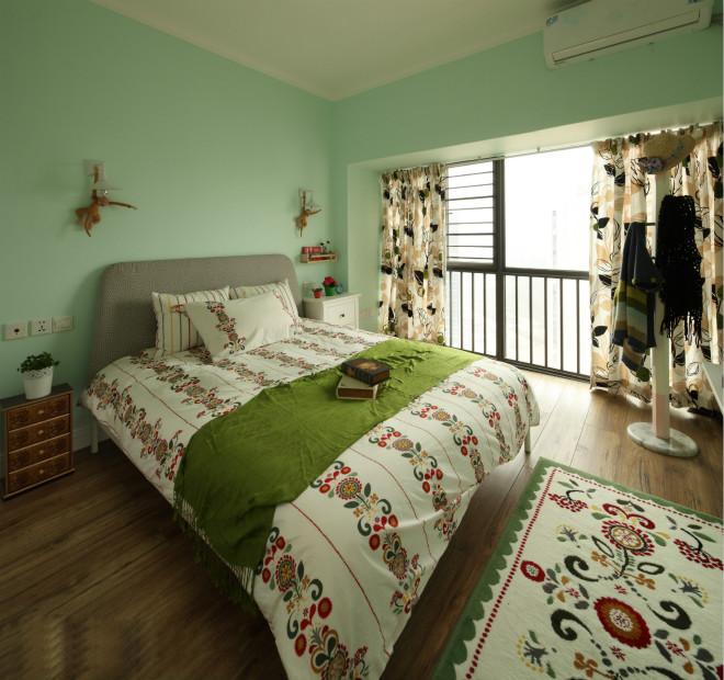 卧室的墙面与客厅协调搭配,采用浅绿色进行粉饰,营造了一种自然生活气息。床品与地毯整体和谐自然。