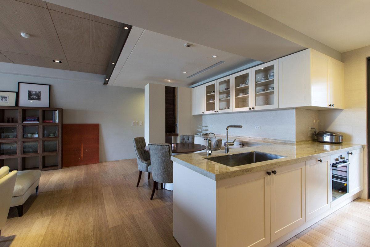 餐厅和厨房是一体式,圆形的餐桌搭配四把桌椅,很是简洁干净