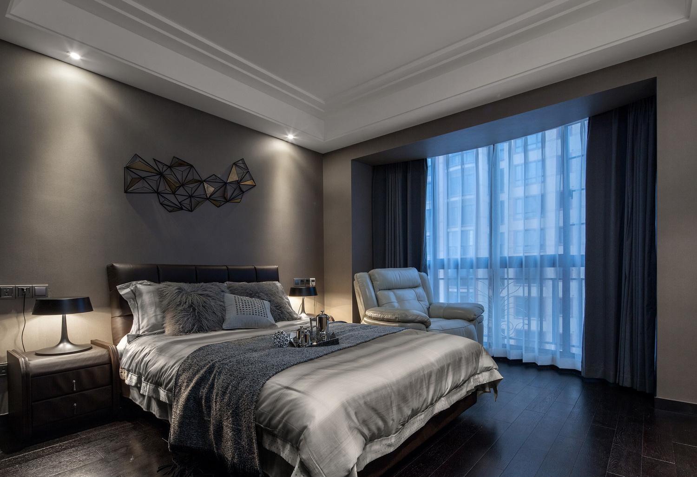 简约的灰色大床,搭配上浅灰布艺床品,整个的清新雅致之感