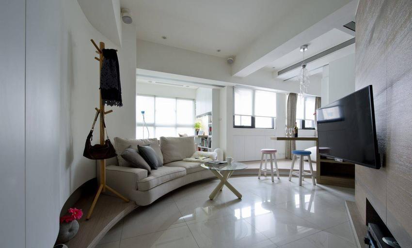 适度的留白与日光给予空间清爽宽敞的第一印象,而收纳需求则整合于沙发一侧,成为弧线造型的起点。