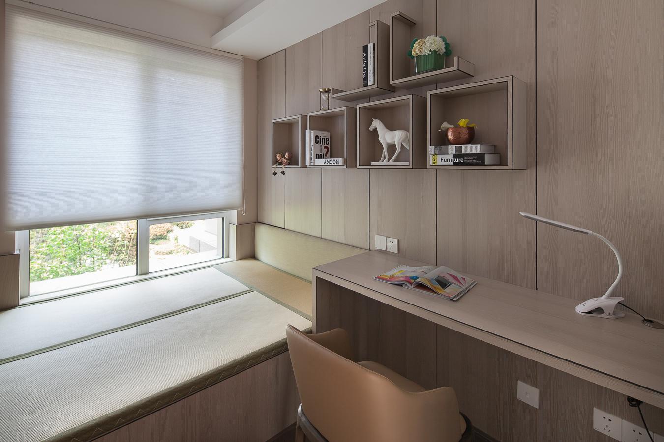 榻榻米书房设计,主要是用来储物,光线很好,平时在这里办公休憩都不错。