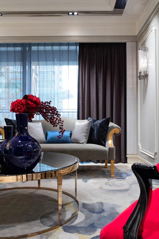 在客厅,谦和高雅的高级灰与激情四射的中国红占据了空间主体,用冲突的方式平衡现代与传统。