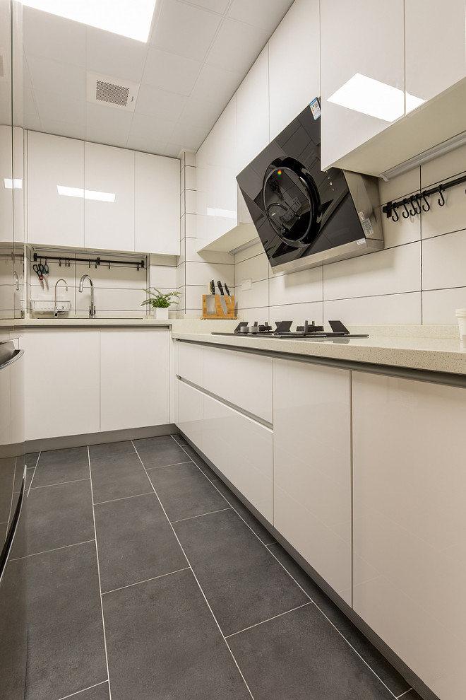 灰色调的颜色搭配上白色的纯净色彩,凸显出了简约时尚的特点。