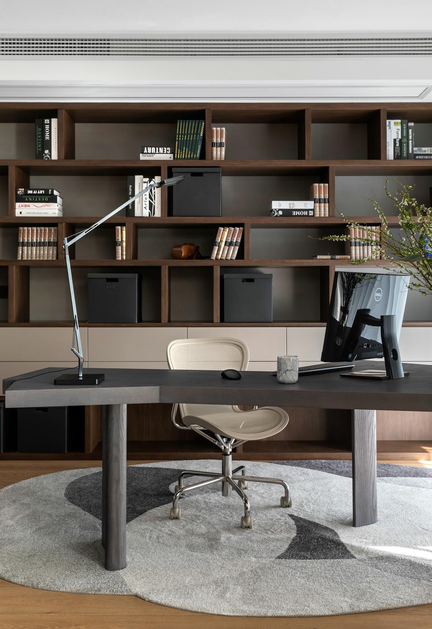 书房采光温润,书柜空间错落有致,强调一种书香典雅而又宁静的空间氛围感。