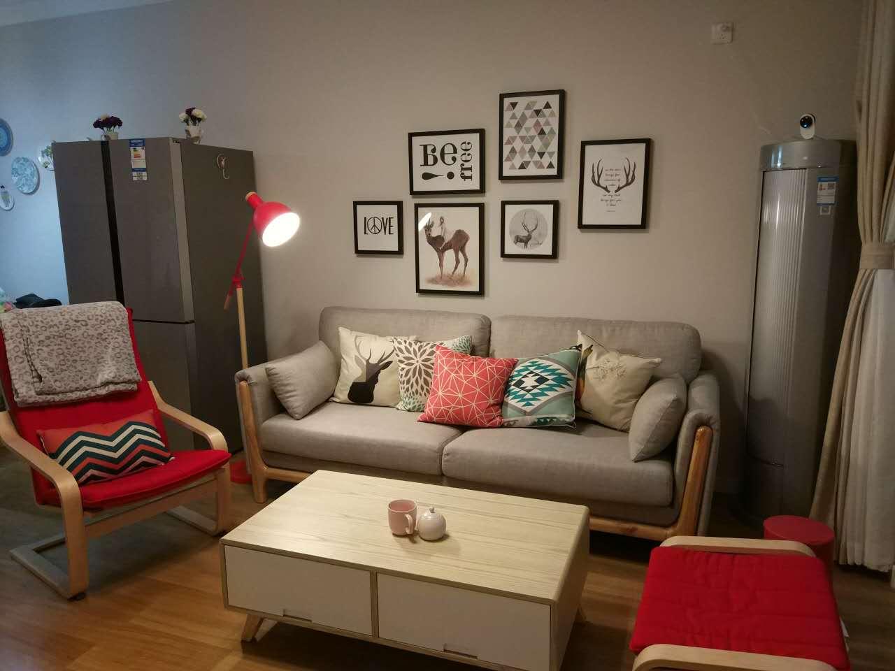 在柚木色的自然系风格中加上了灰色调的墙面,使整个房间的品质感有大幅度提升。