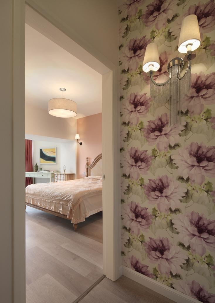 卧室门口的墙纸很有意思,增添田园气质。